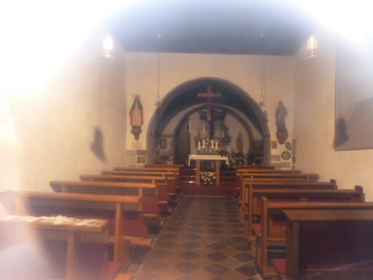 Innenansicht der Kapelle durch die Scheibe fotografiert
