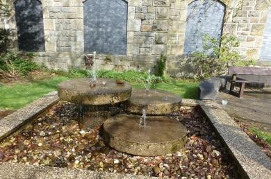 Kleiner Springbrunnen vor Minigolfanlage