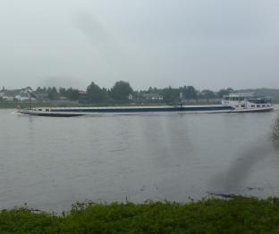 Auf dem Rhein mit Lastschiff