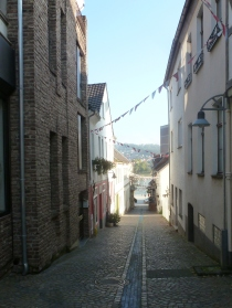 Schmale Gasse in Remagen zum Rhein