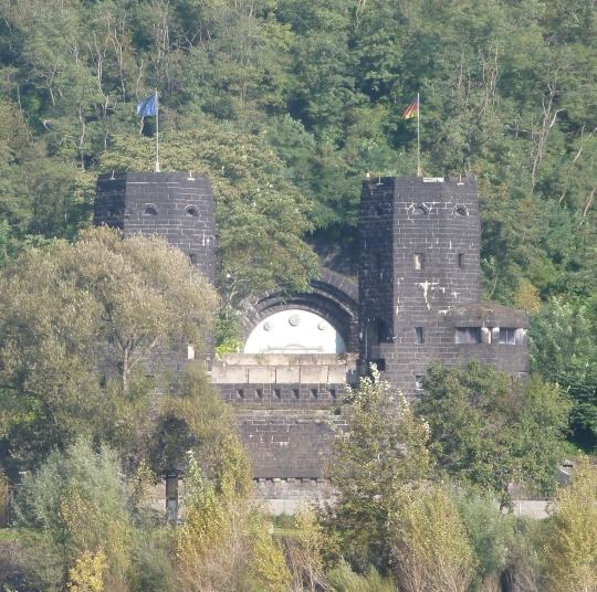 Brückenkopf andere Rheinseite in Erpel