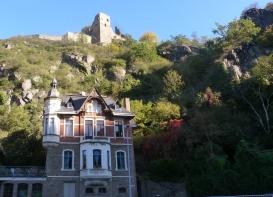 Kletterburg und altes Häuschen