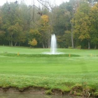 Der Golfplatz mit Springbrunnen
