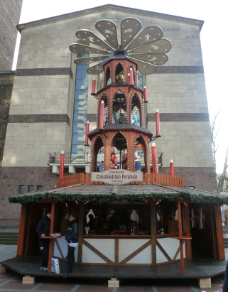 Die Weihnachtspyramide vor der Gedenkkirche