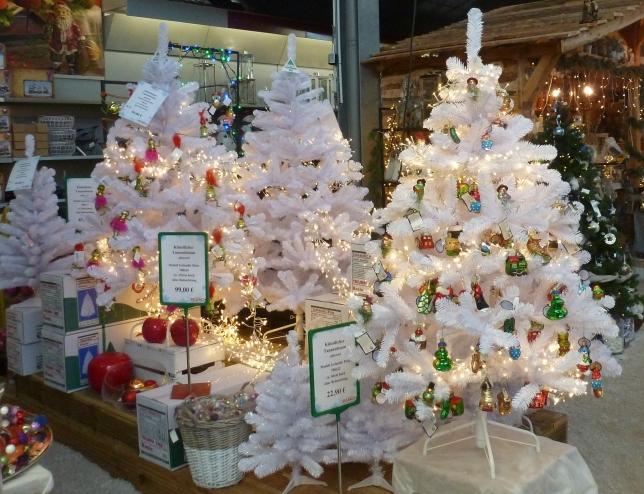 Weiße Weihnachtsbäume so schön bunt