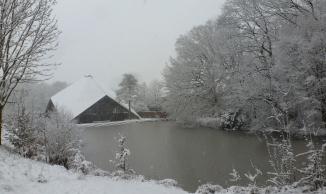 Die Zeltkirche am zu gefroren See