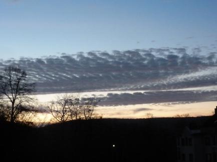 Die Sonne verschwindet hinter den Bergen ade du schöner roter Himmel