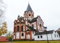 Barbarossastadt Sinzig mit Kirche und Nebengebäude