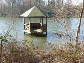 Die Aussichtshütte im See da wurde der Steg zerstört