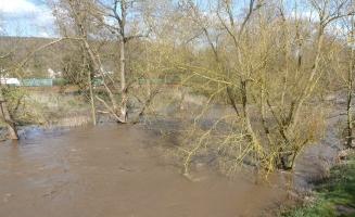 Nach Dauerregen die Ahr mit Hochwasser