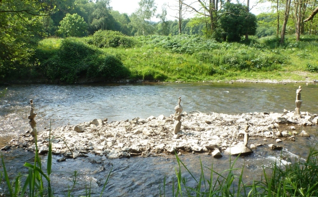 In der Ahr mit Steininsel bei niedrig Wasser