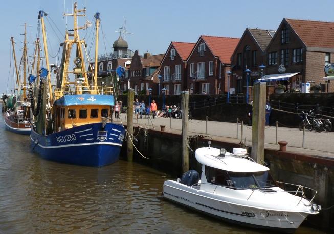 Im Hafen kleine Jacht mit Kutterboot